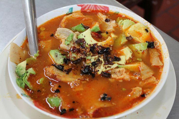 """Dish.0025""""Sopa""""グアダラハラの台所と呼ばれるリベルタ市場。巨大な場内には小さな食堂がひしめきあっていて、活気に溢れていた。食堂でハマイカ(ハイビスカスのジュース)を飲みながら休んでいると、隣の席に現地のおじさんが座り、スープを注文した。見るからに辛そうなそのスープを横目に見ていると…"""