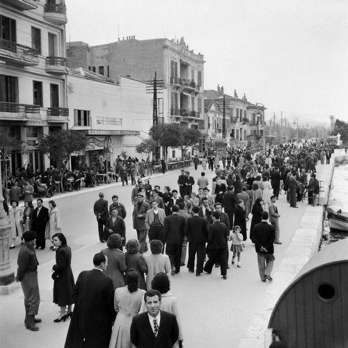 Η κίνηση στην παραλία το 1954. Φωτογραφία του Paul Almásy.