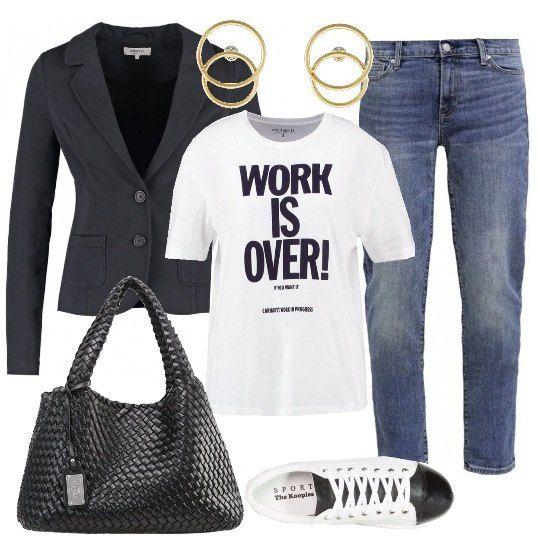 Outfit adatto per un casual friday in ufficio o per una passeggiata in città: blazer nero, in cotone elasticizzato, jeans a sigaretta, medio lavaggio, T-shirt di cotone, con stampa nera a contrasto, sneakers di pelle bicolore, shopper in ecopelle intrecciata e orecchini dorati.