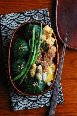 葉っぱ巻きおにぎり(おかか、紫蘇ゆかり、桜海老、じゃこ)青葱入り卵焼き豚肉の花椒唐揚げ大根のたちばな和え焼きいんげん塩茹で落花生今日は「葉っぱ巻きおにぎり」が主役のお弁当。葉っぱは小松菜です。おにぎりのご飯を4種類の混ぜご飯にしたら、思って