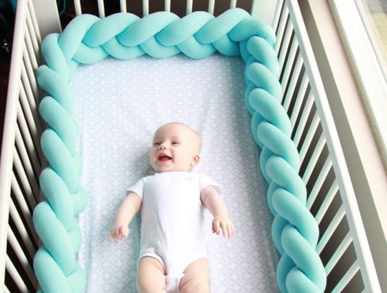Erhalten Sie ein qualitativ hochwertiges Produkt, eine formschöne und sehr weich, schön geflochtenen Krippe Stoßstange, die aus hochwertigen 100 % hypoallergenen Materialien hergestellt wird. Die Krippe Stoßfänger schützt Ihr Baby Hände und Füße aus stecken zwischen Krippe Spindeln sowie des Babys Kopf und Körper schützt vor schlagen und Blutergüsse an den Wänden der Krippe. Die Stoßstange ermöglicht für den Luftstrom und mit 10 Farben zur Auswahl, es Maches Ihrem Kinderzimmer Dekor…