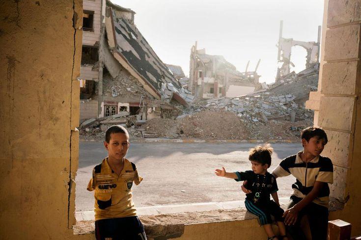 Μια οικογένεια προσφύγων ζει μέσα στα ερείπια στη Ραμάντι, μια ιρακινή πόλη που ισοπεδώθηκε από την καταστροφή και την αιματοχυσία του ISIS. Οκτώβριος 2016