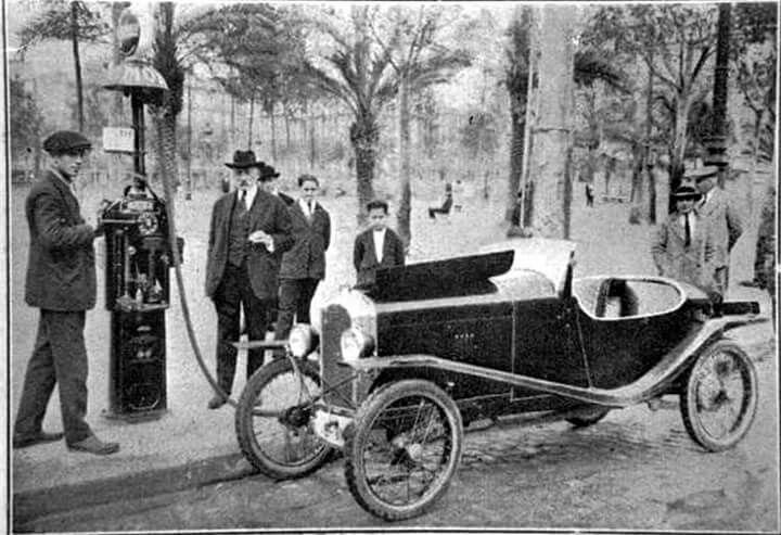 1924. Gasolinera a Plaça Catalunya de Barcelona.