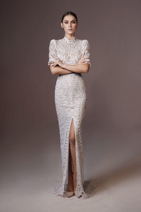 Imagen 3966 Traje de novia tipo túnica con abertura en la falda y hombros muy marcados | HISPABODAS