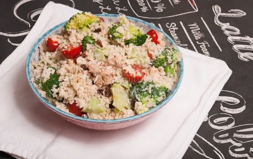Rijstsalade met broccoli en tonijn