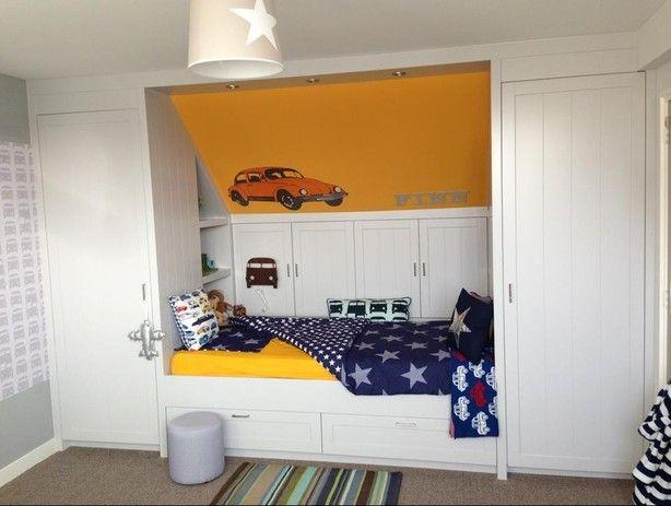 Bedmeubel laten maken tegen een schuine wand. Achter de kastjes blijft opbergruimte toegankelijk!