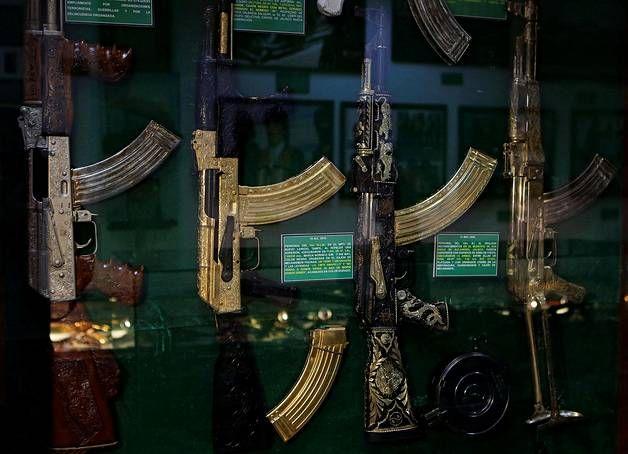 Pistoolien lisäksi myös isommat näyttelyssä nähtävät aseet ovat hyvin koristeellisia.