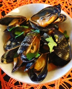 Paleo Steamed Mussels in Thai Coconut Curry Sauce  paleocupboard.com