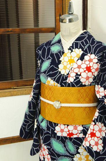濃紺色地に、八重咲の梔子や紫陽花を思わせる花模様美しい注染レトロ浴衣です。 #kimono