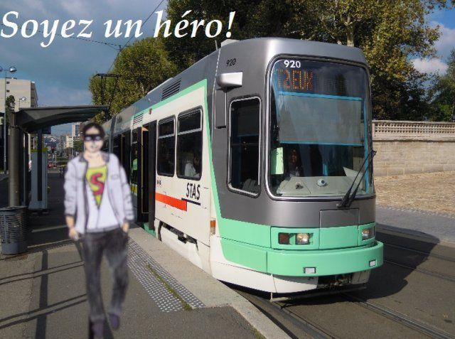 groupe 13 Saint-Étienne, une ville de héros Lieu : Arrêt de tramway « cité du design » Date : 22 septembre 2015 « Bonjour, ce n'est pas la peine que je me présente car je suis personne et tout le monde à la fois. Je ne suis pas de ceux qui ont une super force, ou le pouvoir de voler, en fait je n'ai aucun super pouvoir mais je peux vous offrir un futur plus vert. Car chaque jour je contribue à la sauvegarde de l'environnement, par de petits gestes comme prendre les transports en commun.