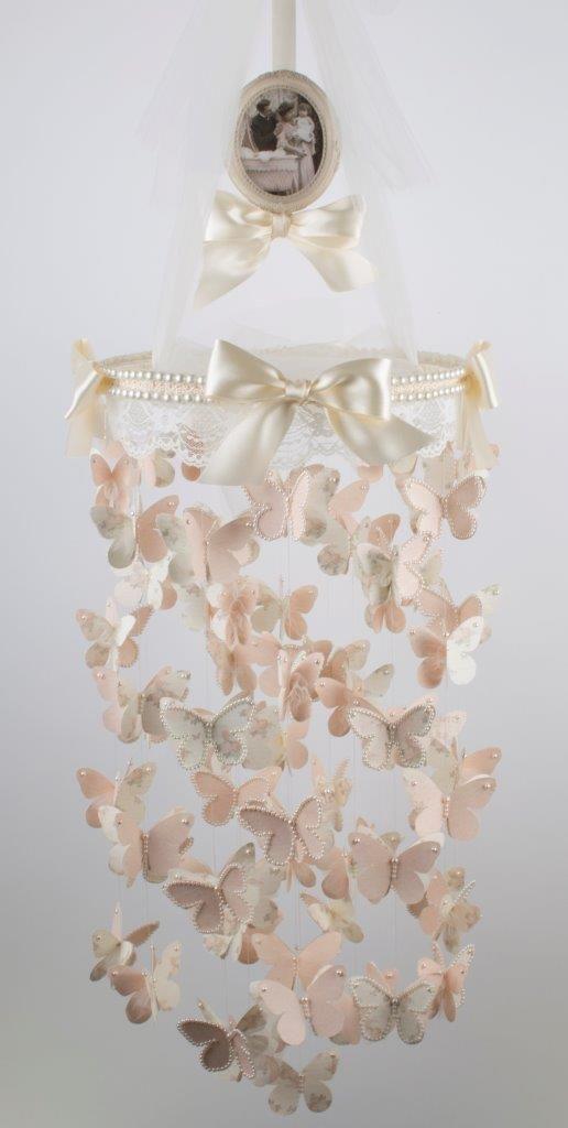 Lindo móbile de borboletas de papel.