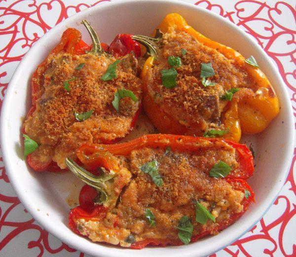 Questa ricetta dei peperoni ripieni di melanzane l'ho vista qualche giorno fa' su una rivista di cucina e li ho subito provati! Ad intrigarmi è stato il ripieno: melanzane, ricotta, pecorino insomma, qualcosa di leggero ma gustoso!