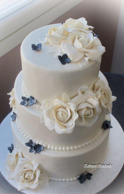 Pieni hääkakku valkoisin ruusuin ja mustanhohtoisin hortensioin