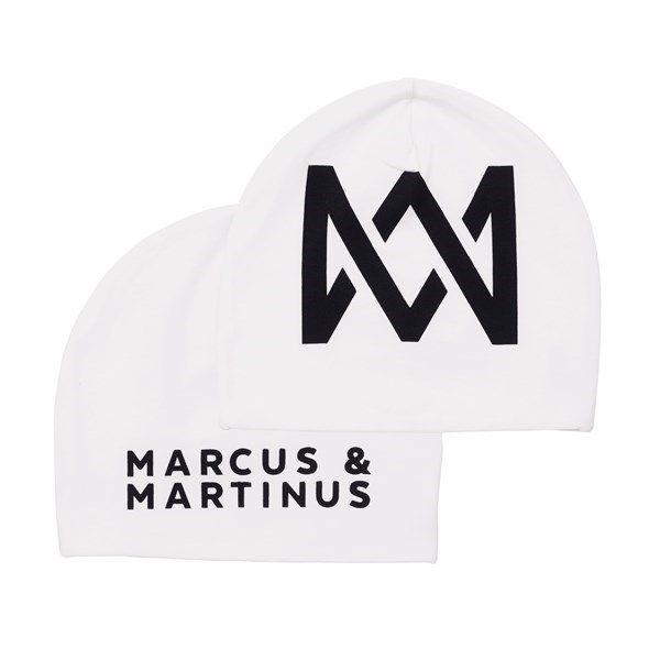 Superkul Marcus & Martinus lue.  Passer både til jenter og gutter.  One size.  Dette offisielle Marcus & Martinus-produktet får du kun kjøpt hos Kid Interiør. Ved kjøp av Marcus & Martinus bomullsprodukter hos Kid Interiør støtter du ansvarlig bomullsproduksjon gjennom Better Cotton Initiative.<p><em>OBS - Denne varen kan ikke benyttes som velkomsttilbud i Kid interiørklubb.</em></p>