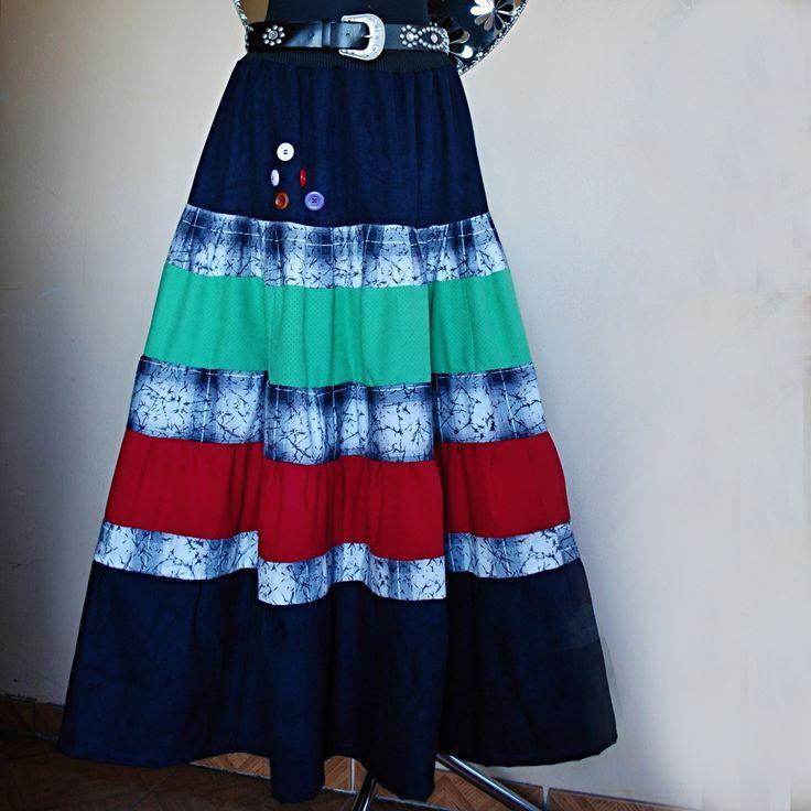 BOHATÁ ZIMNÍ BAREVNÁ EXTRAVAGANTNÍ MAXI SUKNĚ Sukně ve stylu hippies, s nápletem, širokou gumou a vázačkou v pase, která bude sedět minimálně na 3 velikosti od M - XXL Sukni ze sedmi kanýrů jsem ušila zečtyř druhů barev velmi kvalitních, nových látek - flanel (černobílý) + kostýmová látka (tmavě modrá) + zelená (imitace jelení kůže) + červená kostýmovka ...