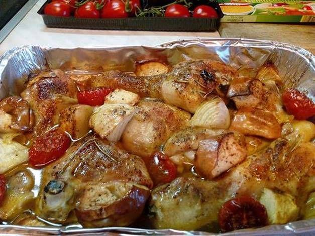 Almával és egyéb finomságokkal egybesütött csirkecombok