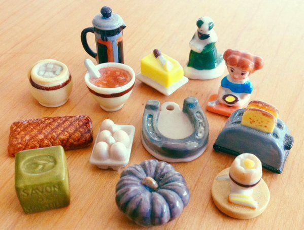 娘のコレクションのフェーブ。 いくつかは1月6日の公現祭で食べるガレットデロワからのもの。