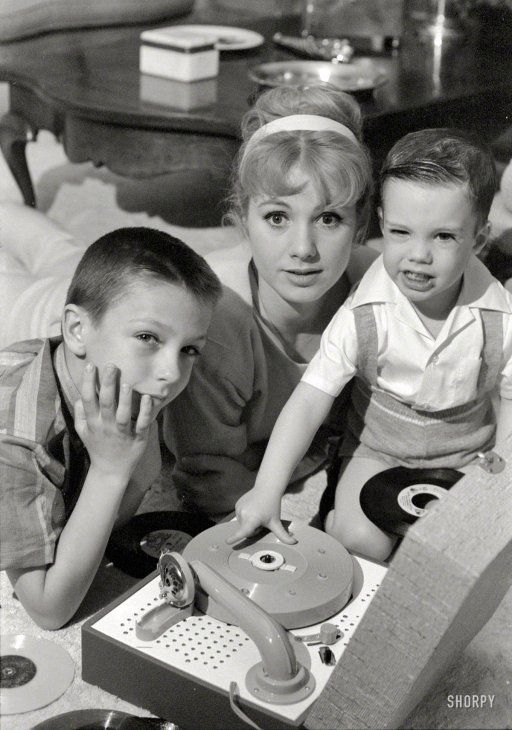 Shirley Jones in 1961 with her kids, the future pop icons David and Shaun Cassidy. Photo by Earl Theisen