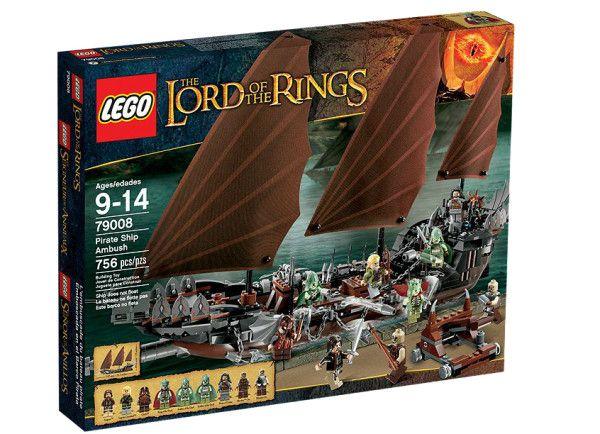 AMBUSCADA VASULUI PIRAT (79008) Prinde in ambuscada armata lui Sauron din nava pirat cu donjon, arbaleta, ancore, vele, detalii de corsar si 9 minifigurine !