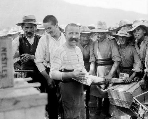 Ο Σταύρος πουλάει την πραμάτεια του σε Βρετανούς στρατιώτες. Ιούλιος 1916.  Φωτογραφία του Ariel Varges