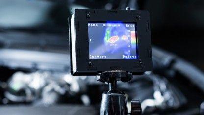 Als Bachelor-Arbeit hat Max Ritter eine Wärmebildkamera gebaut, die mit teuren kommerziellen Designs konkurrieren soll. Seine Entwicklung ist nicht nur preiswerter,