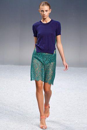 サカイ    ニットをレースに組み合わせたようにみえるトロンプルイユの1枚仕立てのドレス。深い青×緑のコントラストもミステリアス。