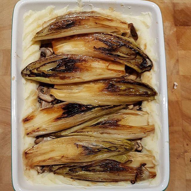 Nu in de oven!! Een soort upside down ovenschotel: eerst een laagje puree, daarop champignons en dan nog de witlof... Het ruikt al heerlijk hier in huis! . . . #homemade #dinner #veggies #vegetarian  # witlof #delicious #foodie #foodblogger #instafood #yum #dutchfoodie #kitchenbowl #foodvsco #feedfeed #f52grams #365dageninspiratie