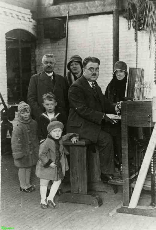 0212457 Coll. Chr. Warnar 1927 Asten : Toon van Balkom speelt op een beiaard.  J. Eijsbouts, Mevrouw van Balkom en Mevrouw  Eijsbouts  staan met kinderen (Max) bij het stokkenklavier. Wie zijn de kinderen?