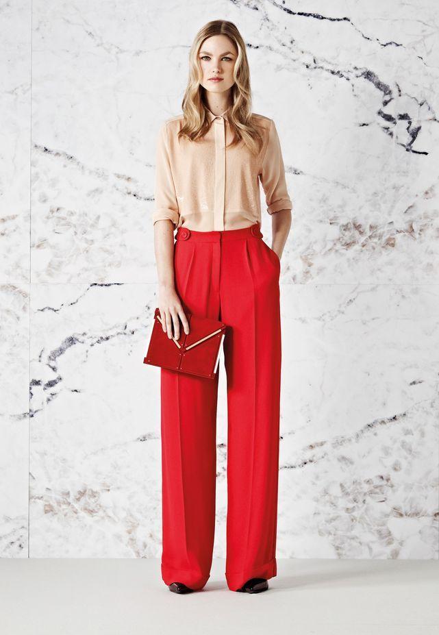Pantaloni rossi a palazzo con borsa abbinata