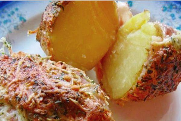 Gyorsan összedobható, laktató vacsora, s nem utolsó sorban nagyon ízletes. Nem igényel különösebb főzőtudományt sem - érdemes elkészíteni! Hozzávalók 6-8 db újburgonya héjában megfőzve 20 dkg bacon (burgonyánként egy szelet) reszelt sajt kevés olívaolaj bors 1 kk szárított kakukkfű 1 kk friss petrezselyem zöldje aprítva Elkészítés A héjában megfőzött burgonyákra egy-egy szelet bacont tekerünk. Tűzálló tálba egymás mellé rakjuk, meglocsoljuk egy kevés olívaolajjal és megszórjuk a…