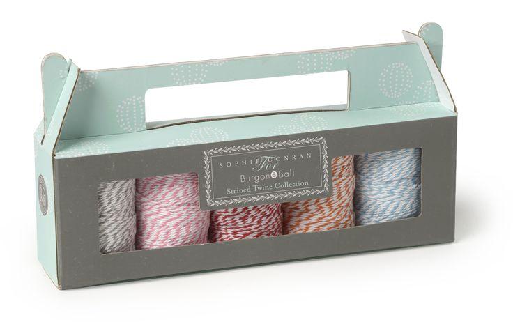 Traditioneel gestreepte rolletjes touw (50m per rol), 5 kleuren in een doos, ideaal voor het vastbinden van bloemen en kruiden, inpakken van geschenken en nog veel meer ...   Bestaande uit de volgende 5 kleuren:  - rood  - oranje  - blauw  - roze  - grijs