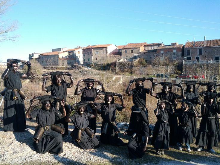 """Los Diablos de Luzón, """"tiznan"""" a todo aquel que llega a su pueblo y no va disfrazado. Se celebra el sábado de Carnavales."""