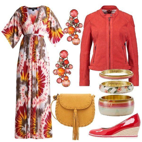 Outfit all'insegna del colore di ispirazione anni '70, composto da abito lungo con scollo a v profondo abbinato a chiodo in pelle rosso e zeppe medie della stessa nuance. La borsa è a tracolla color mostarda e gli orecchini e bracciali multicolor completano l'outfit.