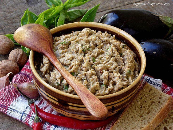 Пхали — блюдо грузинской кухни, закуска. Готовят пхали из овощей, например шпината, баклажанов, спаржи, капусты, а в качестве заправки - грецкие орехи, острый…