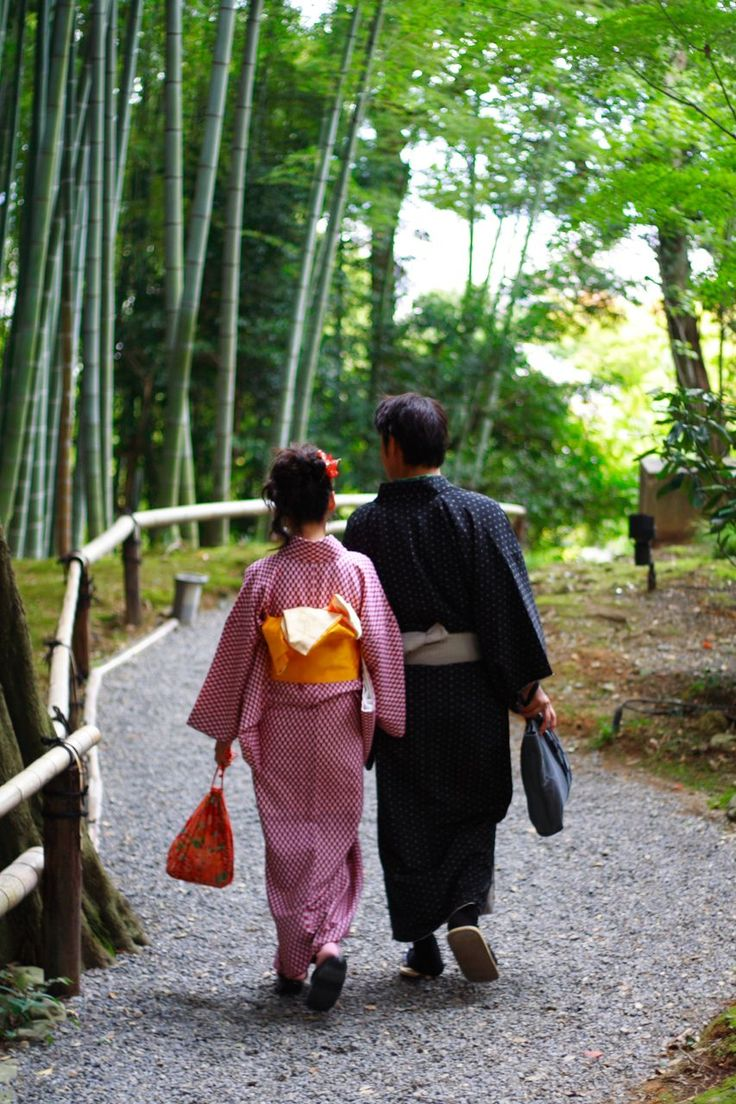 Yukata-wearing couples