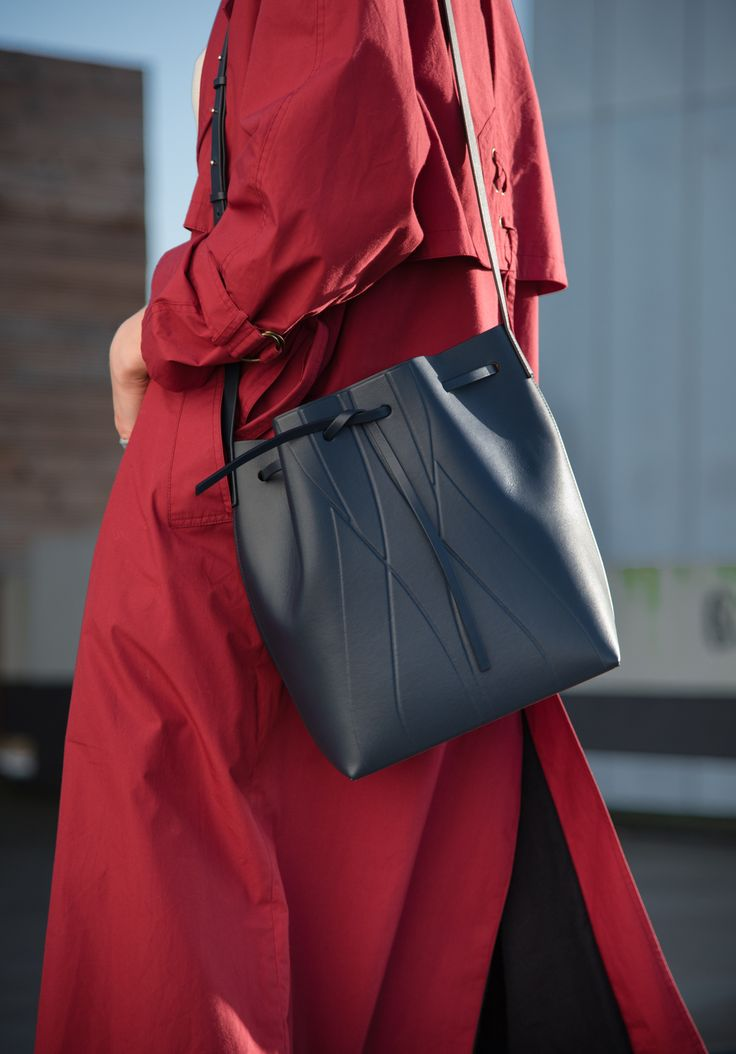 GEO Bucket Bag blau -classic shape -modern elegance - Made in Italy-  the best companion for your daily life - red trench coat - outfit inspiration
