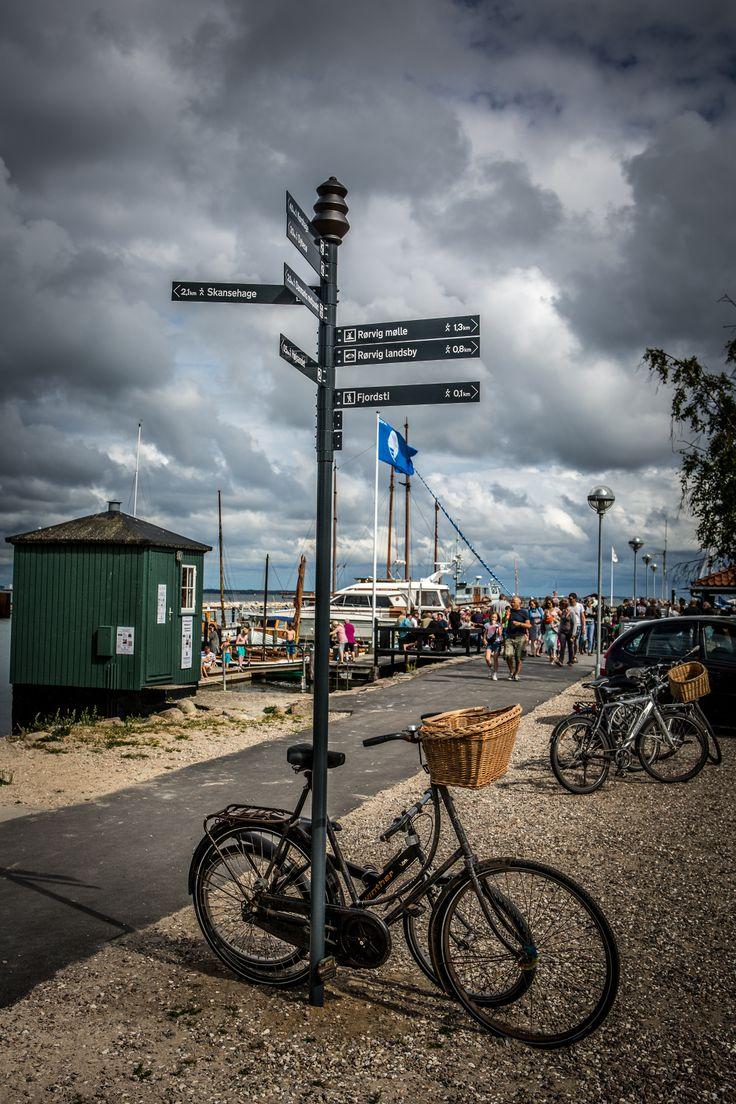 Informationstræ på Rørvig havn med information om gode Rørvig steder - herunder Danmarks Midtpunkt, Rørvig mølle m.v.