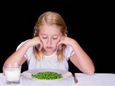 Receta de Cómo darle de comer a niños quisquillosos   En ocasiones es difícil lograr que tus hijos coman toda la comida que tu preparas, esto es un proceso natural en el que ellos se adaptan y conocen nuevos platillos e ingredientes. Con estos tips aprenderás cómo hacer que los niños quisquillosos coman mejor sin tener que pelear con ellos, se paciente y disfruta de la hora de la comida con tus hijos.