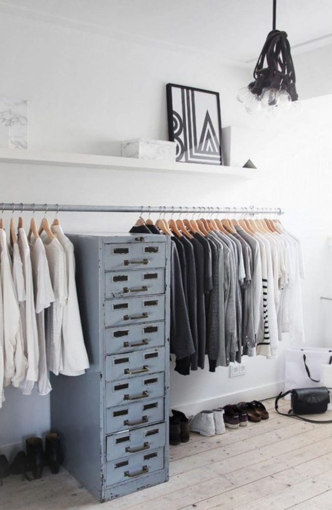 Kleiderstange statt Kleiderschrank -modern-industriedesign-gebraucht-metall-kommode-dielenboden-weiss