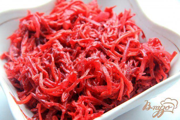 Салат из моркови и свеклы по-корейски понравится всем любителям остренького. Такая закуска станет прекрасным дополнением к мясным блюдам, тем более салат не только вкусный, но еще и полезный.