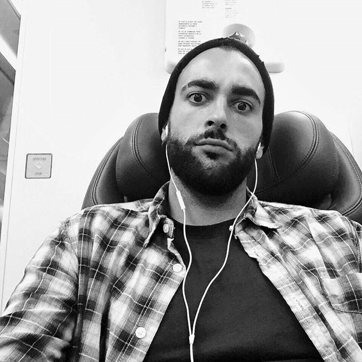 """Marco Mengoni su facebook: """"…ascoltando tutti i mix del disco in spagnolo!"""" ----------------------------------------- (""""… escuchando todos los mix por el disco en español !"""")"""