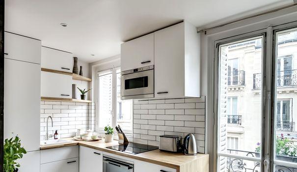 """Typique des années 70, la cuisine en """"L"""" reste un classique de l'aménagement. Synonyme de praticité, elle concurrence les implantations les plus modernes, de l'îlot central aux plans de cuisines en """"I"""". Relativement simple à poser, la cuisine en """"L"""" se marie avec toutes vos envies déco. Inspirez-vous de ces 12 cuisines en angle remplies d'idées !"""
