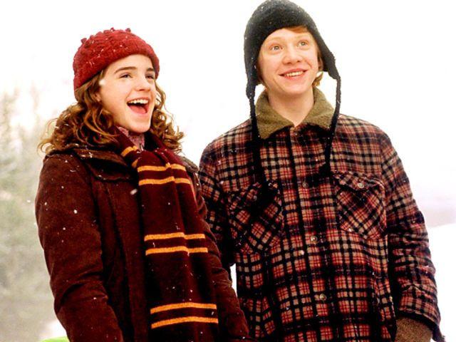 El tercer olor que olió Hermione cuando olfateó Amortentia (poción del amor) fue el cabello de Ron