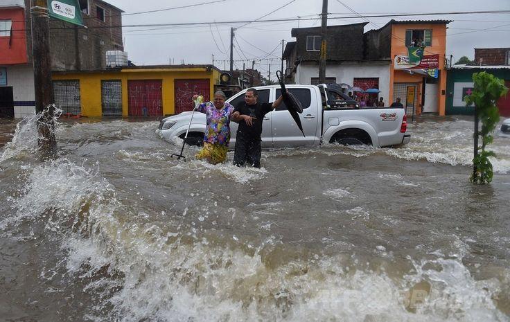 W杯ブラジル大会(2014 World Cup)グループGのドイツ対米国の試合が行われたブラジル北東部レシフェ(Recife)で、豪雨のため冠水した道路を渡ろうとする人々(2014年6月26日撮影)。(c)AFP/Emmanuel Dunand ▼27Jun2014AFP|ブラジル・レシフェで豪雨による洪水、W杯ドイツ対米国戦の直前 http://www.afpbb.com/articles/-/3018976 #Recife #Flood