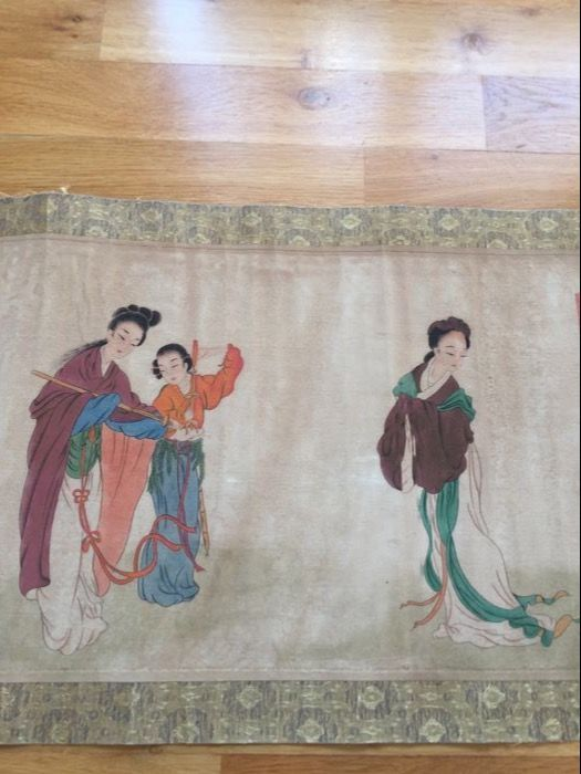 Een schilderij van de grote scroll met kalligrafie en mooie geklede dames laat kopie van oude schilderij - China - eerste helft 20e eeuw  Een prachtige scroll schilderij met Chinese kalligrafie in de begin- en verschillende leuke verkleed Chinese dames. Zeer fijn beschilderd met van opmerkelijke kleur. Gemaakt in de eerste helft van de 20e eeuw door een onbekende kunstenaar. Het schilderij heeft ongeveer 10 rode zeehonden. Al die vrouwen hebben verschillende jurk en staande positie. Hun…