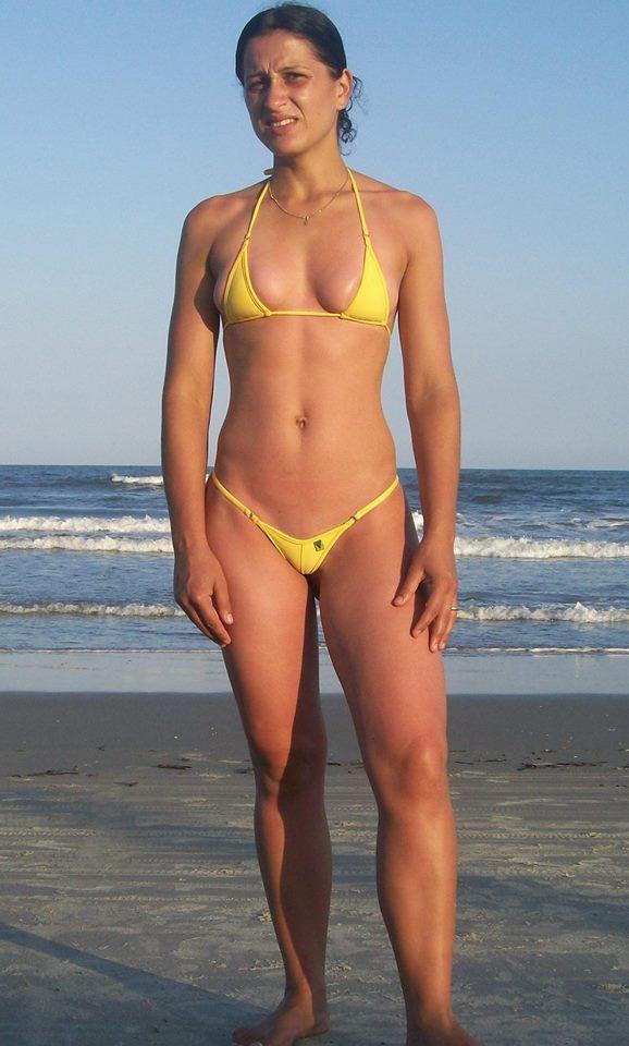96036801c Esposa de micro biquini fio dental amarelo na praia. Casada gostosa ...