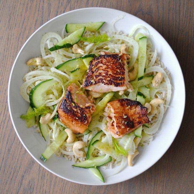 Dit Aziatische gerecht is makkelijk te maken is op een drukke doordeweekse dag, erg gezond en vooral érg lekker. De combinatie van in teriyakisaus gemarineerde zalm met dungesneden frisse venkel en komkommer is super!