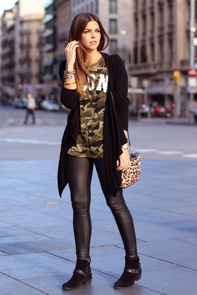 trendy_taste-look-outfit-street_style-fashion_spain-moda_españa-camiseta_militar-revolve_clothing-camouflage_tee-leather_leggings-leggings_cuero-maxi_blazer-vince_camuto-black_booties-botines_negros-barcelona-polaroid-13
