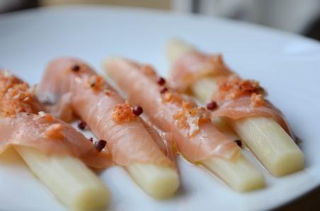 Espárragos blancos con abrigo de salmón ahumado