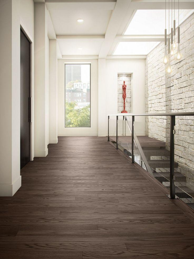 Planchers de bois franc Preverco - Couloir inspiré d'un musée – Frêne, texture brossée, couleur Graphite